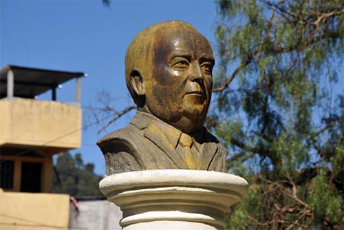 Monumento de Guillermo Fuentes Guirón en el Parque Central de Sololá, Guatemala