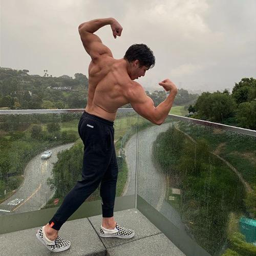 Joseph Baena hijo de Arnold Schwarzenegger imita a su padre