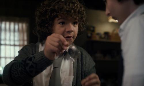 Dustin sugiere usar la brujula para encontrar el portal - Stranger Things
