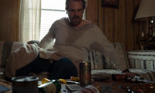 Hopper despierta en su casa - Stranger Things