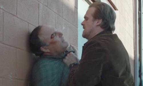 Hopper interroga a O'Bannon - Stranger Things
