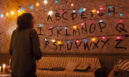 Joyce utiliza luces para comunicarse con Will - Stranger Things