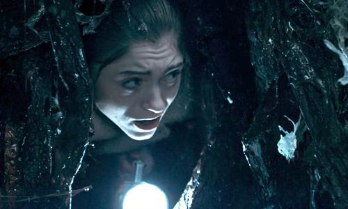 Nancy ingresa al otro lado por el portal del arbol - Stranger Things