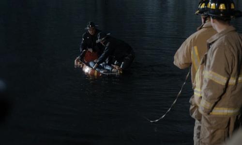 El cuerpo de Will es encontrado en la presa - Stranger Things